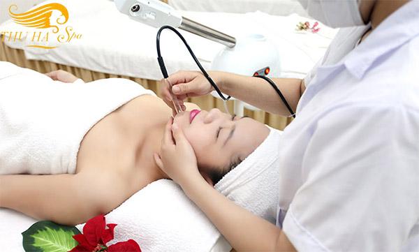 Xông hơi hút mụn tạp chất trong quy trình trị sẹo lõm tại Thu Hà Spa.